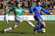 I ve třetím střetnutí na Moravě neuspěli ve druhé lize ústečtí fotbalisté, když podlehli v dohrávce na hřišti Karviné. Na snímku v souboji o míč ústecký Džuban (vpravo).