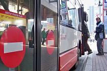 Na většině autobusových linek v Ústí musí cestující nastupovat předními dveřmi a řidiči předkládat platné jízdenky.
