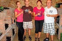 Zleva: Pavel Fux s přítelkyní Jaroslavou Svitákovou a Martina Zákonová s manželem ve sklípku v Nechorech. Ve vsi lidé nebydlí, je tu jen 450 sklípků. V apartmánu nad jedním z nich bydleli naši vítězové.