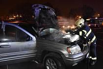 Hasiči likvidovali oheň motoru osobního auta.