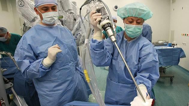 V úterý se podrobil operaci spočívající v resekci kořene jazyka v Masarykově nemocnici v Ústí nad Labem 56letý pacient. Zákrok mu má pomoci od obstrukčního syndromu spánkové nedostatečnosti.