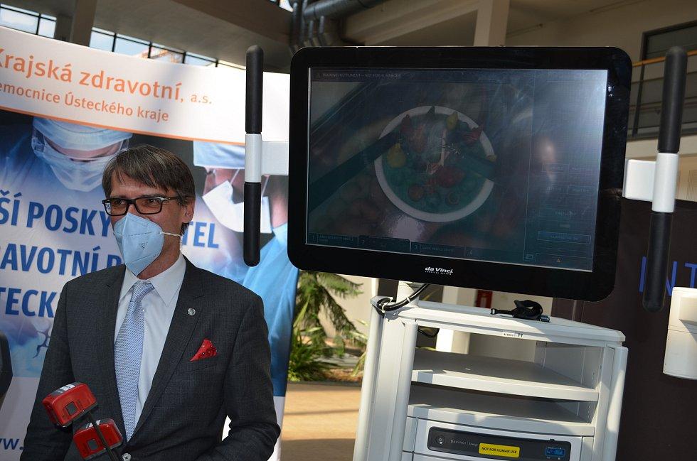 Prezentace robotické chirurgie v ústecké Masarykově nemocnici. Na robotu už tamní lékaři udělali na čtyři tisíce operací.