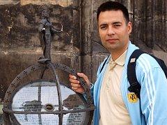 Cestovatel Mart Eslem před ústeckým kostelem se šikmou věží.
