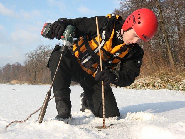 Zhruba osm centimetrů, to je podle měření říční policie tloušťka ledu na Zámeckém rybníku v Chlumci.