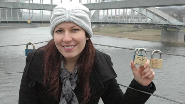 Ústečané si svou lásku zamykali na ocelovém mostku spojující řeku s hlavním vlakovým nádražím.