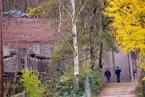 Betonová zeď držící sesuv svahu Čertovka je jen pár metrů od zahrady a domu. Archivní foto