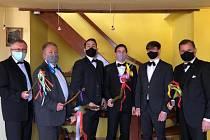 Šestice mužů oblečených do slušivých obleků vyzbrojená pomlázkami tradičně obchází na velikonoční pondělí Ústí nad Labem. Letos nikam nemohli, tak alespoň natočili svým fanynkám svou velikonoční říkanku na video. Na ústech jim nechyběly roušky.