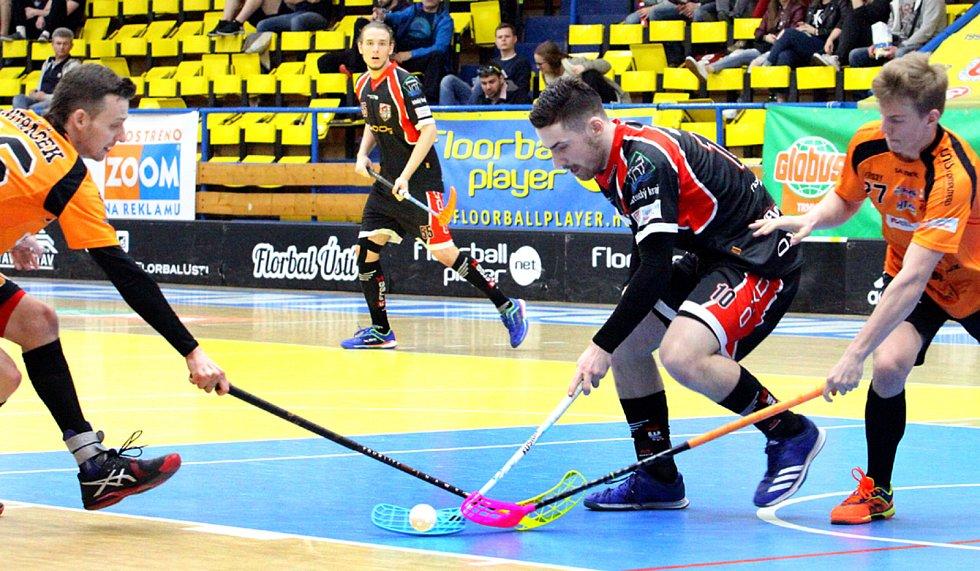 Superliga, play-down, 6. zápas: Florbal Ústí (v černočerveném) - Bulldogs Brno. Foto: Deník/Rudolf Hoffmann