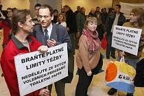 Ekologové protestovali před krajským úřadem proti prolomení těžebních limitů. Hejtmanka dostala toaletní papír.