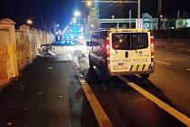 Nabourané auto v Tovární ulici v Ústí nad Labem