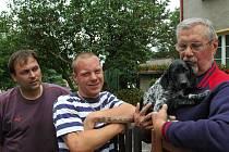 Václav Rohan s ukradeným štěnětem a Michal Studihrad (vlevo) a Patrik Zajpt, co mu pomohli dopadnout zloděje a zvíře zachránit.