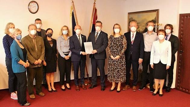 Podepsání memoranda o spolupráci ÚK s organizací The Duke of Edinburghs International Award Czech Republic Foundation (DofE).