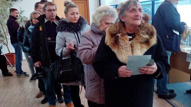 b58cee081bd Krátce po čtrnácté hodině v pátek praskala volební místnost v Proboštově na  Teplicku ve švech. ...
