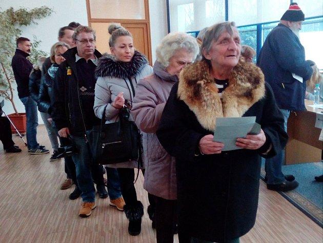 Krátce po čtrnácté hodině v pátek praskala volební místnost v Proboštově na Teplicku ve švech.