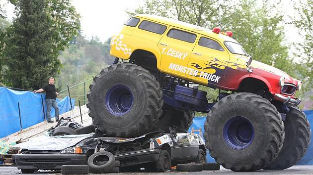 Na parkovišti u Zimního stadionu v Ústí nad Labem předvedli kaskadéři závod Monster trucků.