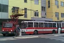 Trolejbusová doprava v Ústí zkolabovala kvůli přetržení převěsu trolejového vedení u divadla.