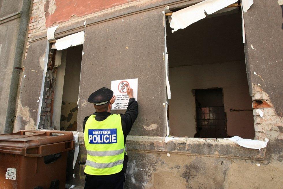 Cedule varující, že tu hrozí nebezpečí úrazu, visí už na čtrnácti předlických domech.