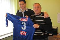 Jednadvacetiletý bosenský stoper Adnan Zukič se svým manažerem Jelenko Lazarevičem.