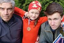 Vilda Kukačka s dědou a mladší sestrou Karolínou.
