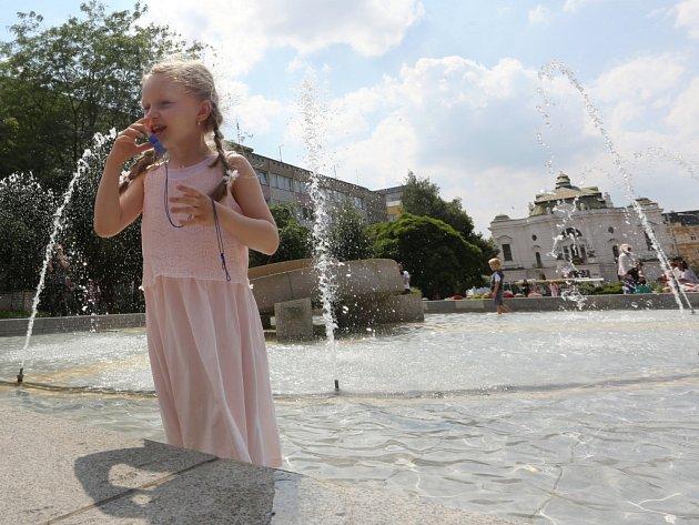 Osvěžení ve fontáně vypadá lákavě, ale není vhodné pro děti ani pro dospělé. Voda v kašnách a fontánách je sice zdravotně nezávadná, ale je chemicky ošetřená, což by mohlo způsobit zdravotní komplikace.