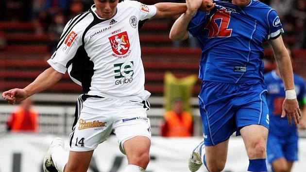 Stejně jako proti Karviné, dokázal se Valenta (vpravo v souboji s Dvořákem z Hradce Králové) prosadit i na východě Čech. Jeho gól však na bodový zisk nestačil.