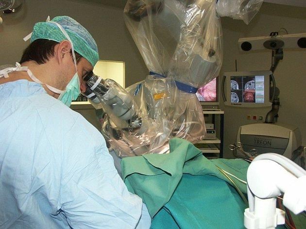 Klinika neurochirurgie ústecké Masarykovy nemocnice patří do seznamu patnácti špičkových pracovišť na světě. Na snímku při jedné z operací primář Martin Sameš.