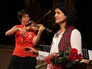 Zpěvačka a houslistka Iva Bittová a houslistka Hana Kotková.