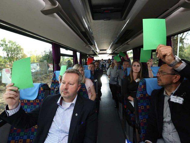 Dlouhou cestu do Rumburka krátí lídrům hry a kvízy.