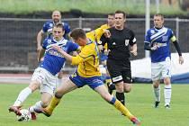 Fotbalisté Ústí (modří) doma prohráli s Varnsdorfem 1:2.