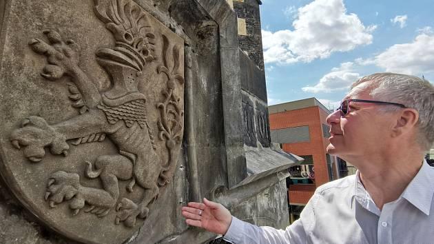 Ústecký primátor Petr Nedvědický obdivuje nový znak na kostele Nanebevzetí Panny Marie