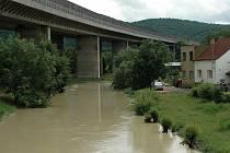 V Koštově se zvedla hladina řeky Bíliny téměř na úroveň místní silnice.