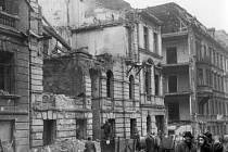 Odstraňování ruin. Němci museli mít na rukou bílé pásky.