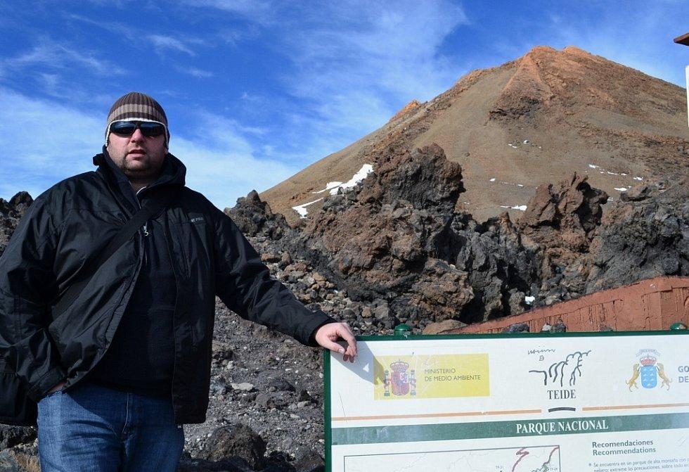 Vladimír Suchý z Ústí nad Labem pod vrcholem sopky Pico del Teide (3 715 m. n. m.) ve výšce 3 550 metrů nad mořem. Národní park Teide na ostrově Tenerife, který zahrnuje sopku a její okolí, je na seznamu světového dědictví UNESCO v roce 2007.