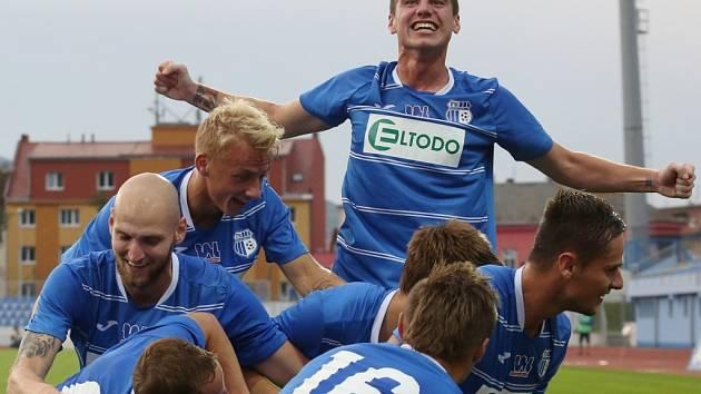 Takto se ústečtí fotbalisté radovali při úterní pohárové výhře nad Slavií Praha.