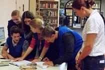 Soutěžní happening uspořádali pro žáky devátých tříd základních škol v Severočeské vědecké knihovny.