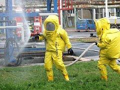 Podnikoví hasiči, kteří na místo dorazili během několika minut, se okamžitě vydali ke zraněné osobě.