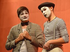 PŘEDSCÉNY V + W studenty Jakuba i Toma baví.
