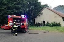 Hasiči zasahují u požáru odpadu v opuštěném domě v Krásném Březně