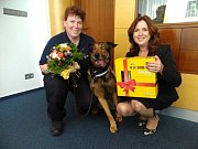 Obrovskou kost a krabici dobrot dostal od ústecké primátorky Věry Nechybové psí strážník Max.