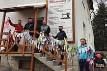Obyvatelé Petrovic obstarávají pro své sousedy nákupy i roušky