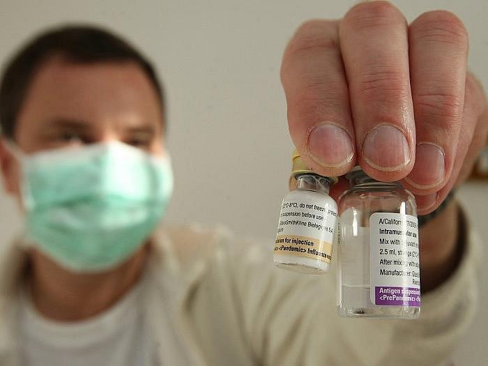 Praktičtí lékaři obdrželi během dopoledne vakcíny a začínali obvolávat vybrané pacienty z rizikových skupin, aby se dostavili na očkování. Na snímku připravuje vakcínu praktický lékař z Litoměřic Zdeněk Janata.