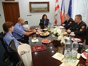 Primátorka Ústí nad Labem Věra Nechybová ocenila strážníky, kteří zadrželi uprchlé vězně.