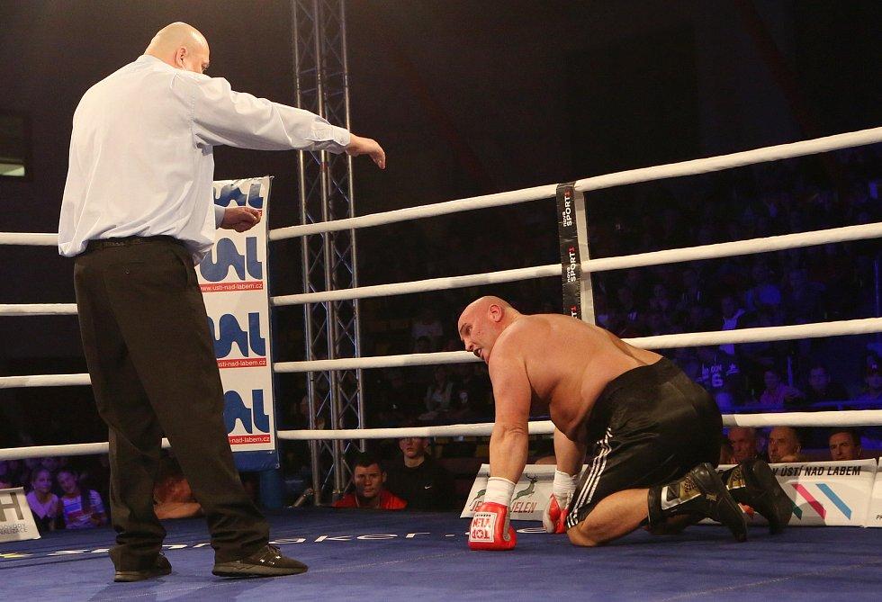 Prvním z vrcholů večera Boxing Live obstarala v zápase číslo sedm před domácím publikem domácí těžká váha Tomáš Šálek, jenž porazil o 22let staršího a 126 kilogramů vážícího Laszlo Totha z Maďarska.