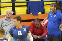 Lubomír Vašina, trenér ústeckých volejbalistů. Vlevo vzadu manažer klubu Miroslav Přikryl
