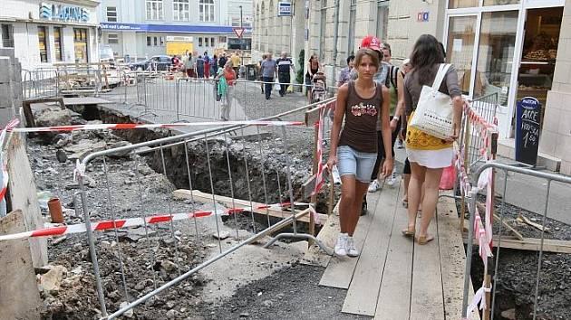 V ulici V Jirchářích, která vede od nádraží na nejrušnější ulici ve středu města se nedá téměř projít. Probíhají zde výkopové práce.