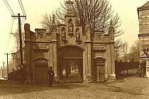 1911: Dnešní Mánesovy sady, pohled na místo, kde bývala kdysi vstupní brána na zrušený hřbitov.