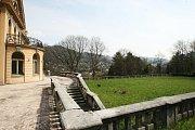 Velkorysá palácová vila průmyslníka Schichta postavená v neobarokním slohu v roce 1931 je na prodej.