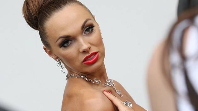 Kamila Nývltová při focení na přebal alba s briliantovým náhrdelníkem Necklase Multicolor.