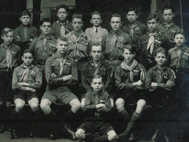 Skaut Antonín Sochor (první stojící zleva).