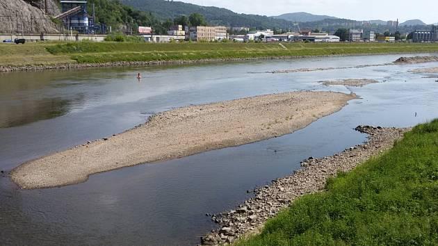 Nízký stav vody a hormady neodvezených naplavenin. To je Labe těchto dnů.